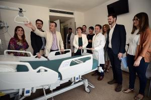 Bayona, junto al equipo de delegados de la Junta, en una visita al Hospital del PTS antes de su inauguración.