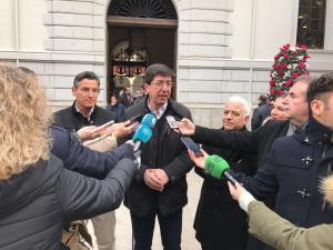 Juan Marín atiende a los periodistas a las puertas del Ayuntamiento de Granada.
