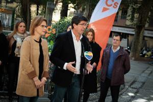Juan Marín, junto a Mar Sánchez, en rueda de prensa en la Plaza de la Mariana.