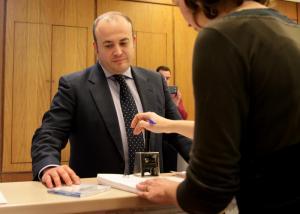 El presidente de la comisión, Julio Díaz (Ciudadanos) registra el dictamen.