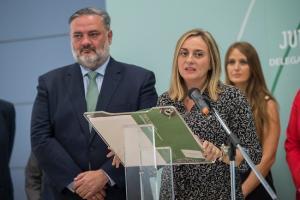 La consejera Marifrán Carazo y el delegado de la Junta Pablo García, en una imagen del pasado viernes.