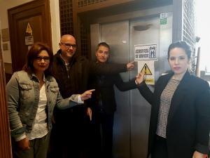 Los ediles de Ciudadanos señalan el ascensor averiado.