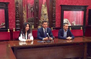 Luis Salvador, junto a Lorena Rodríguez y Manuel Olivares.