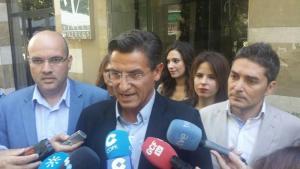 Luis Salvador, a su llegada al encuentro con el PSOE.