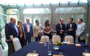 Delegaciones de Ciudadanos y del PP antes de reunirse.