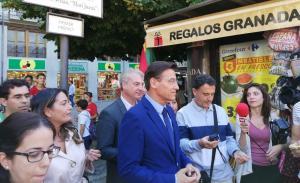 Luis Salvador atiende a los periodistas este lunes.