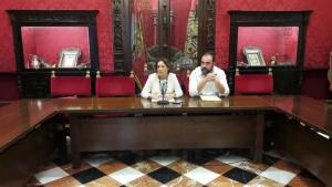 La diputada andaluza Mari Carmen Pérez y el portavoz municipal, Paco Puentedura.