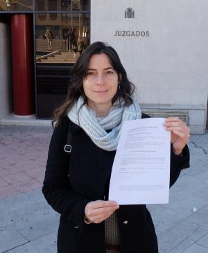 Marta Gutiérrez en la puerta de los Juzgados.