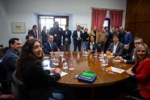Mesa negociadora en el Parlamento de Andalucía.