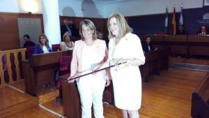Flor Almón (derecha) recoge el bastón de mando de manos de Luisa Garcia Chamorro.