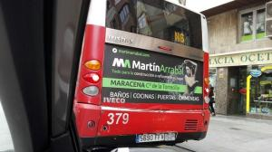 Anuncio en uno de los buses urbanos de la capital.