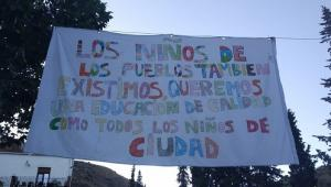 Detalle de uno de los carteles instalados este curso en la Alpujarra en protesta por los recortes en la escuela rural.