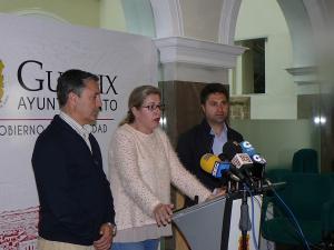 La alcaldesa, con dos de sus concejales, en rueda de prensa.