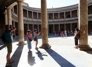 Visitantes en el Palacio de Carlos V.