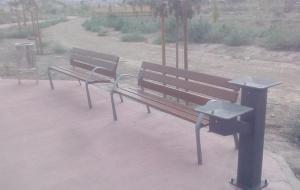 Fuente y bancos en el nuevo parque del PTS, junto a la Ronda Sur.