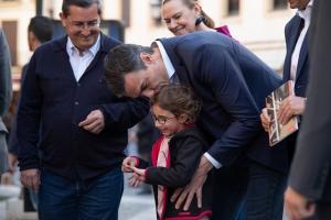 Pedro Sánchez saluda a una pequeña durante su paseo por Granada.