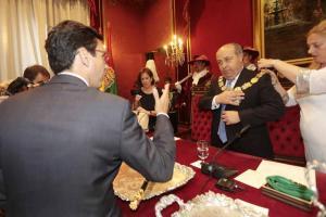 Cuenca se dirige al alcalde durante el pleno.
