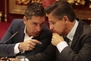 Manuel Olivares conversa con Luis Salvador en uno de los plenos del lunes.