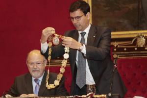 Cuenca deposita el collar que lo distingue como alcalde sobre la mesa desde la que a partir de ahora presidirá el pleno.