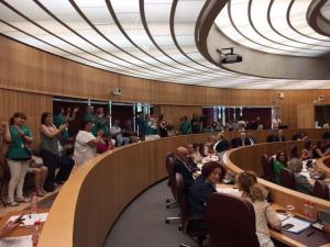 Trabajadores celebran la propuesta del pleno de junio que modificó la estructura de los centros sociales para garantizar su futuro.