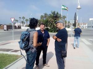 El parlamentario Jesús de Manuel (derecha) ha visitado este miércoles el Puerto de Motril.
