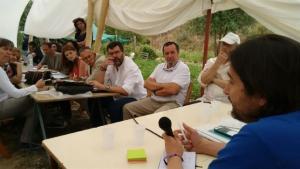 Mayoral junto a participantes a la reunión.