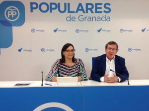 María José Martín y Luis González, del PP de Granada, en rueda de prensa.