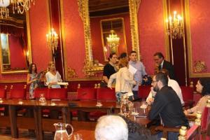 Los ediles del PP al abandonar la reunión.