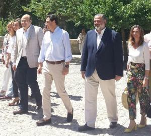 Pablo García y Sebastián Pérez con Juan Manuel Moreno, este jueves en Granada.