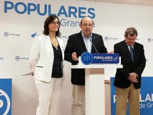 Sebastián Pérez flanqueado por Luis González y María José Martín.