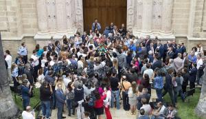 Una multitud de periodistas sigue las declaraciones de Díaz tras la investidura.