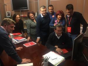 Candidatos y dirigentes socialistas siguiendo los resultados electorales.