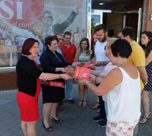 Teresa Jiménez y candidatos reparten el programa electoral.
