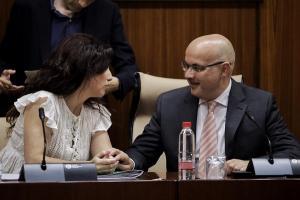 Raúl Fernández con la consejera Rocío Ruiz, en el Parlamento.