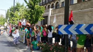 Concentración este lunes ante la sede la Junta de Andalucía.