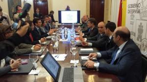 Imagen de la mesa en la que se reúne el ministro con la representación institucional.
