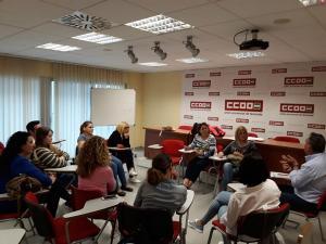 Reunión de IU con monitoras escolares.