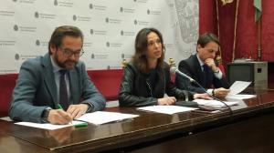 Rocío Díaz en una rueda de prensa con Juan Antonio Fuentes y Antonio Granados.