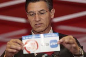 Salvador muestra uno de los panfletos ofensivos.