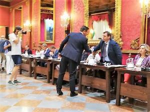 Luis Salvador saluda a Onofre Miralles al inicio del pleno.