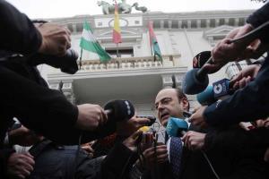 Sebastián Pérez atiende a los medios a las puertas del Ayuntamiento de Granada.