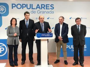 Sebastián Pérez con los diputados y uno de los senadores por Granada.