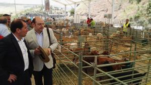 Pérez durante la visita a la feria agroganadera de Alhama.
