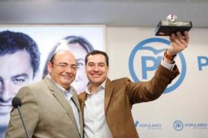 Sebastián Pérez con Juan Manuel Moreno.