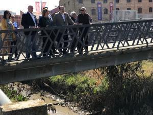 Sebastián Pérez en su visita al entorno del río Monachil en el Zaidín.