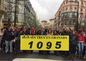 Representantes socialistas, entre ellos Teresa Jiménez, en la manifestación por los tres años sin tren.