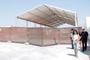 La subdelegada del Gobierno en su visita al campamento para migrantes de Motril.