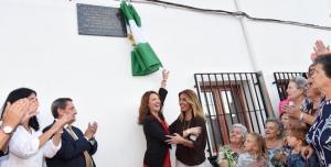 Díaz y la alcaldesa de Fornes descubren una placa conmemorativa.