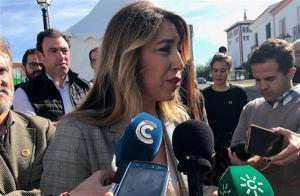 Susana Díaz atiende a los periodistas.
