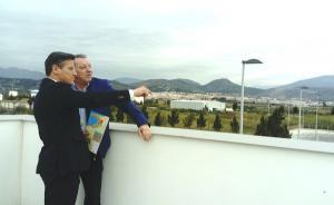 Luis Salvador, con el presidente del Puerto de Motril, en una visita a las instalaciones.